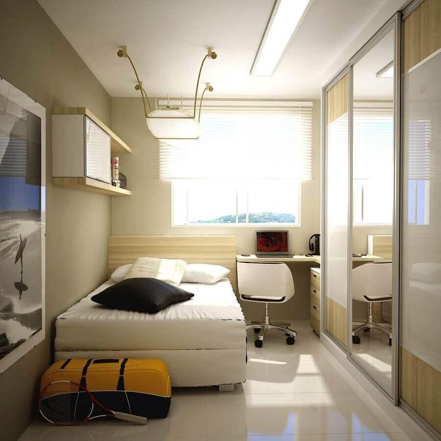 decoração em tons de bege para quarto de solteiro pequeno com guarda roupa espelhado Foto Decostore