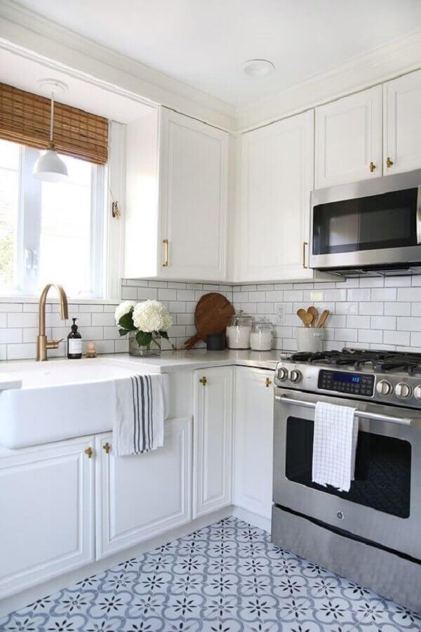 decoração estilo clássico com armário de canto para cozinha toda branca com puxadores dourados Foto Archilovers