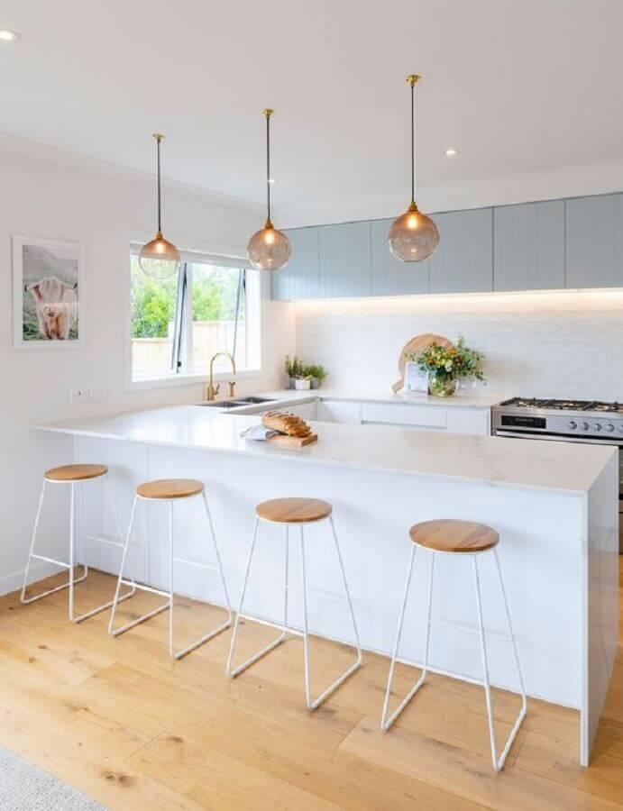 decoração minimalista com luminária pendente para bancada de cozinha toda branca Foto Homes to Love