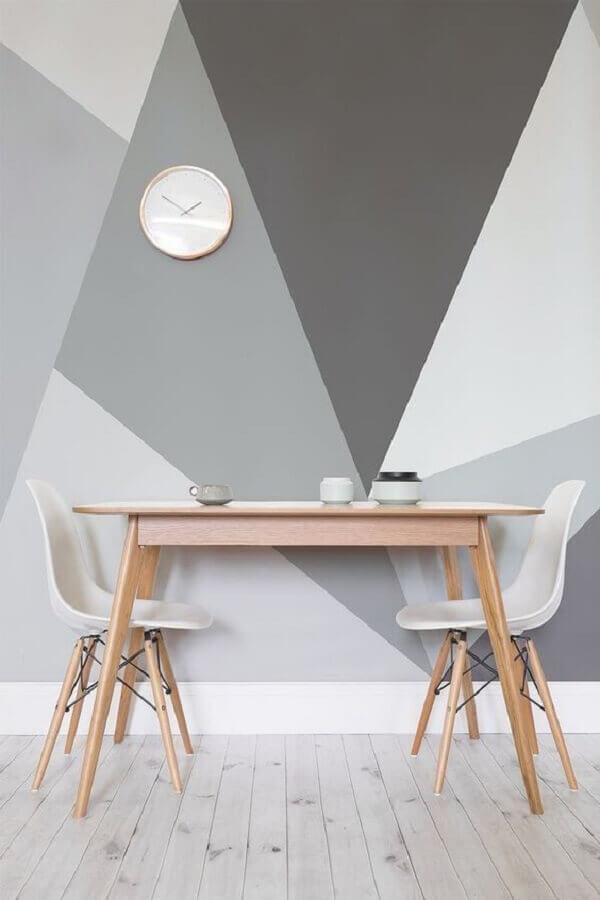 decoração minimalista com pintura geométrica na parede em tons de cinza  Foto Apartment Therapy