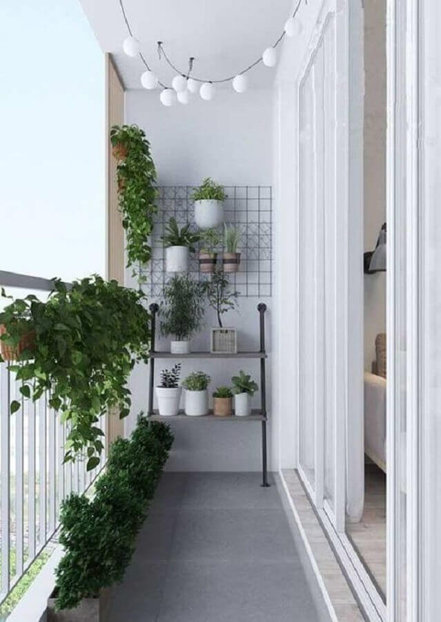 decoração minimalista e simples com plantas para varanda pequena  Foto Iaza