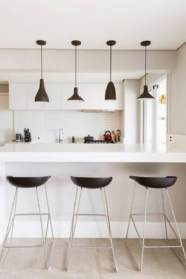 decoração moderna com luminária pendente para bancada de cozinha toda branca Foto Apartment Therapy