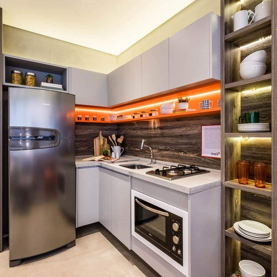 decoração moderna com nicho laranja para cozinha compacta de canto cinza claro Foto Cláudia Albertini Arquitetura