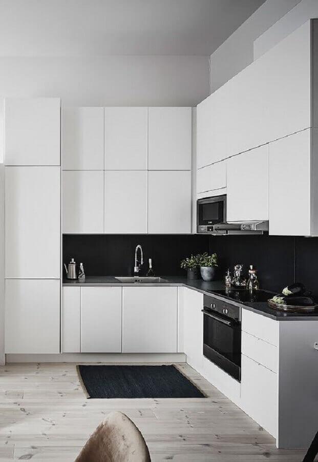 decoração moderna para cozinha planejada de canto branca e preta Foto Coco Lapine Design