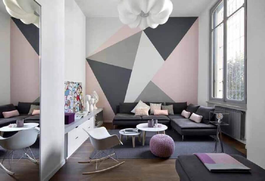 decoração moderna para sala cinza e rosa com parede geométrica  Foto Houzz