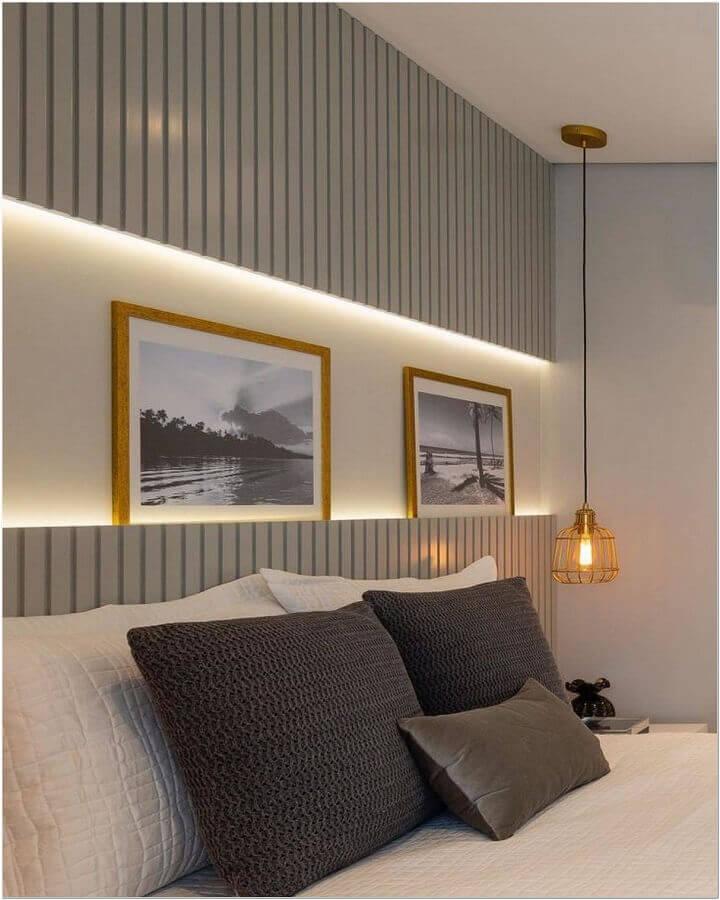 decoração para quarto de casal com cabeceira cinza de madeira e pendente aramado Foto Jeito de Casa