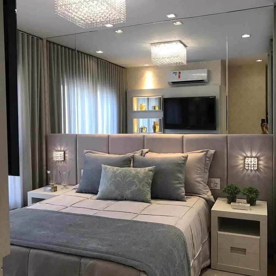 decoração quarto de casal com parede espelhada e cabeceira cinza claro planejada Foto Pinterest