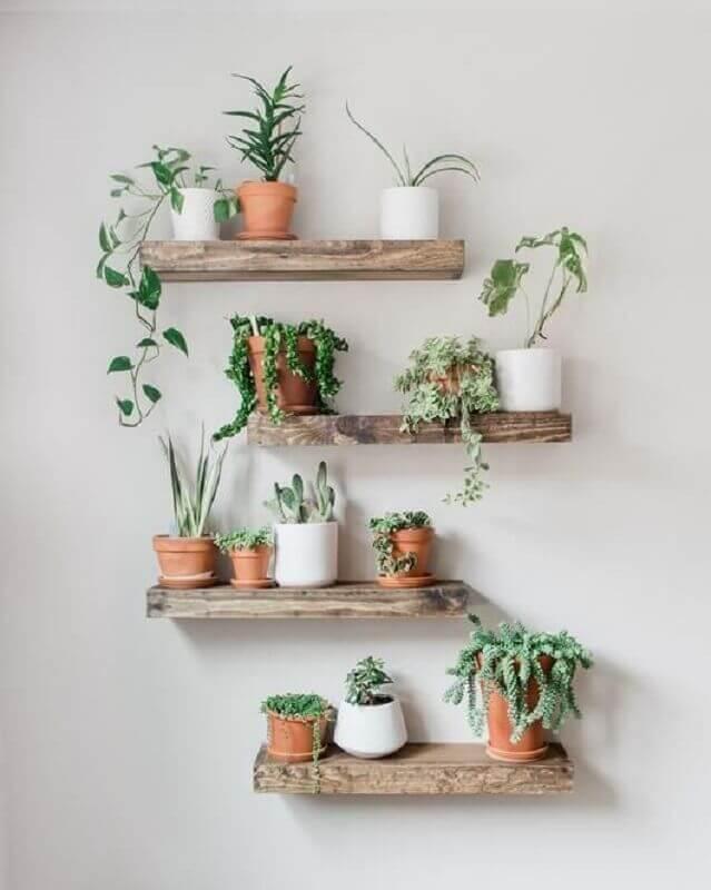 decoração rústica com prateleira de madeira para plantas  Foto Pinterest