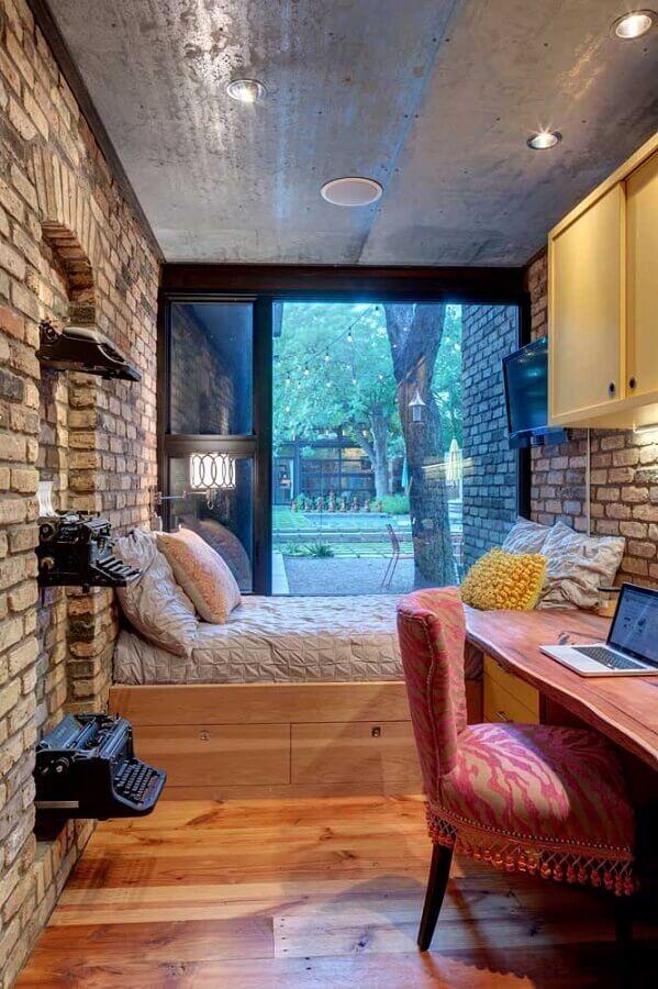 decoração rústica para quarto de solteiro pequeno com parede de tijolinho a vista Foto Decoist