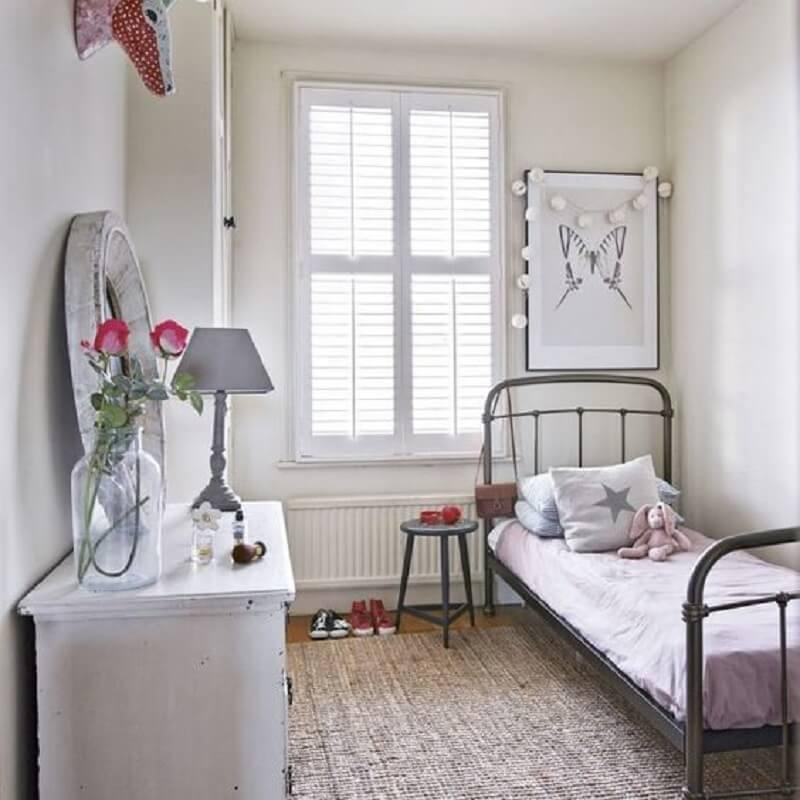 decoração simples com cama de ferro para quarto pequeno de solteiro Foto Ideal Home