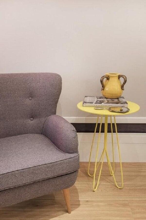 decoração simples com mesa de canto redonda amarela Foto Revista VD