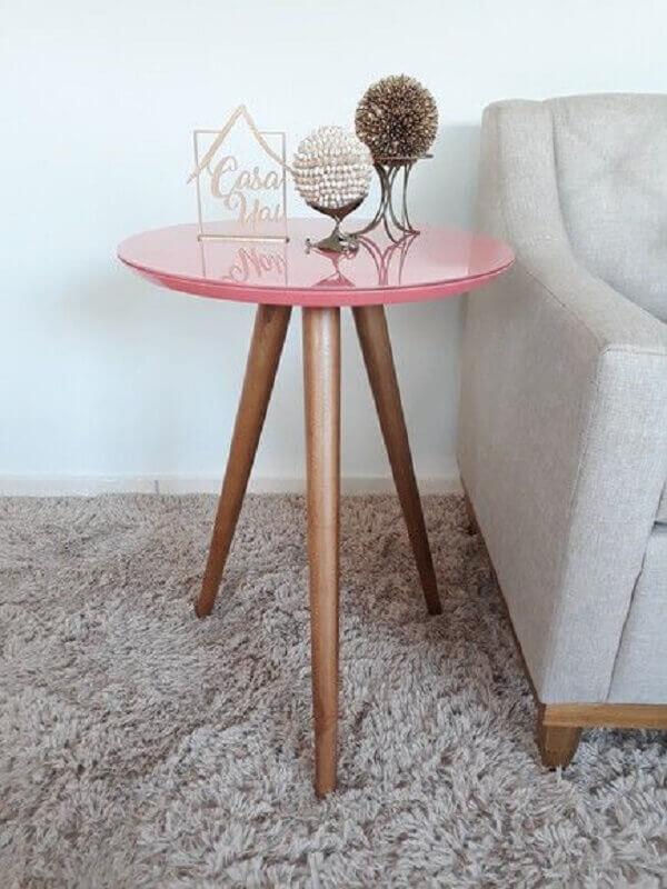 decoração simples com mesa de canto redonda rosa com pés palito Foto Pinterest