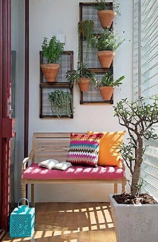 decoração simples com plantas para varanda pequena com banco de madeira Foto Simples Decoração