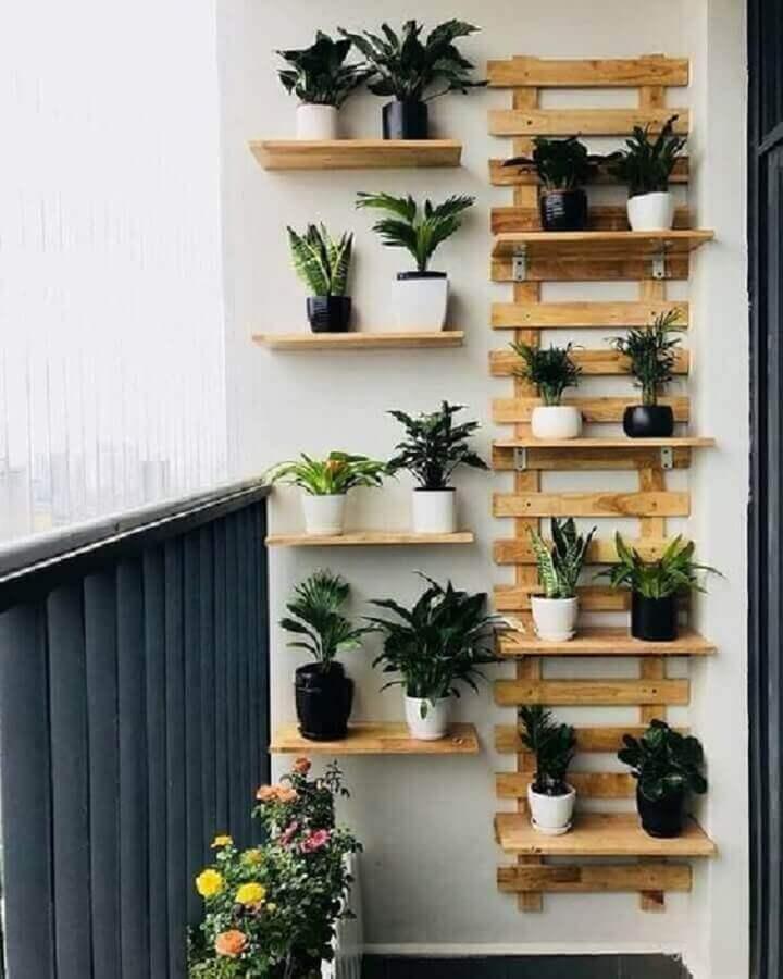 decoração simples com prateleira para plantas na varanda  Foto Pinterest