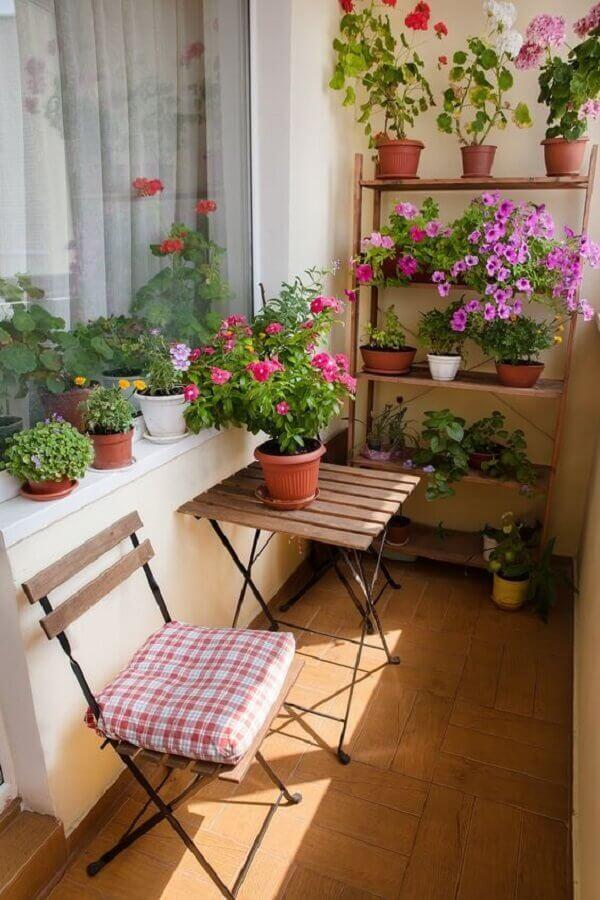 decoração simples com vasos de plantas para varanda pequena  Foto Apartment Therapy