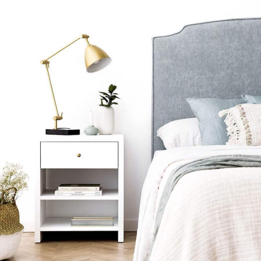 decoração simples de quarto com cabeceira de cama cinza e luminária cobre Foto Kenay Home