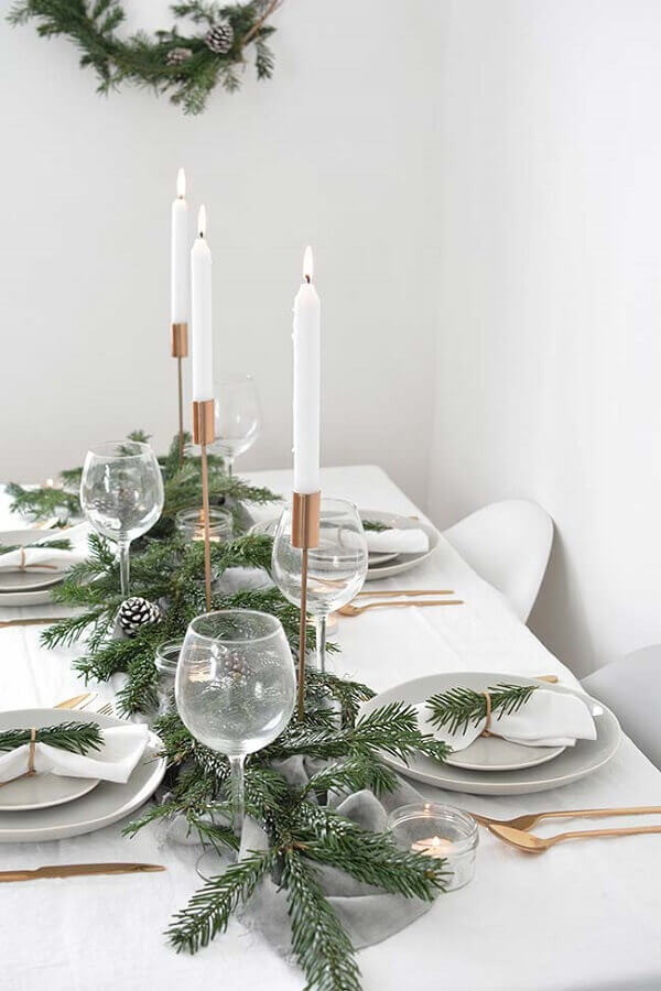 simple and minimalist decoration with Christmas table ornament Foto Elle Decor