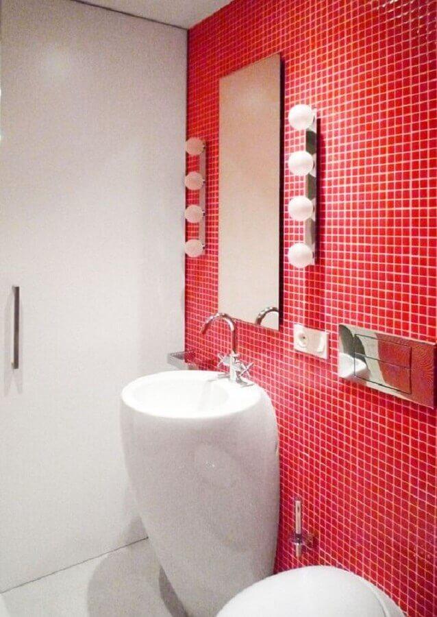 decoração simples para banheiro com pastilha vermelha Foto Archinect