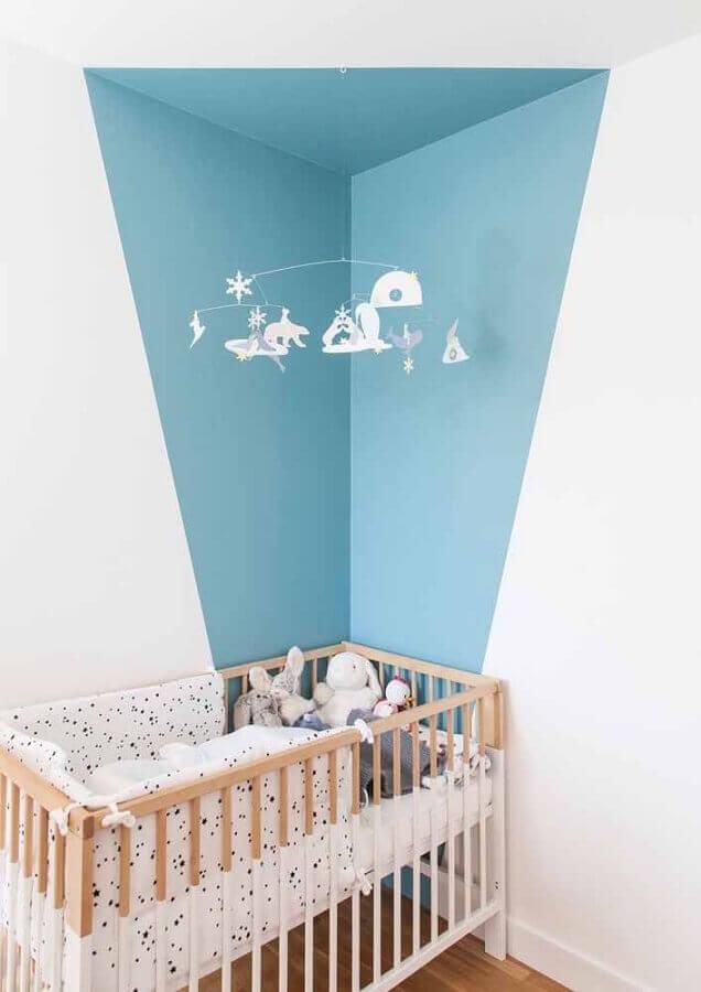 decoração simples para quarto de bebê com berço de madeira e parede geométrica azul e branca Foto Apartment Therapy
