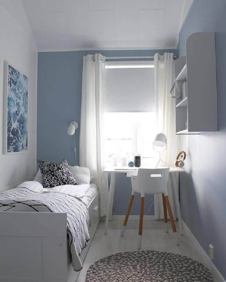 decoração simples para quarto de solteiro pequeno azul e branco Foto Arkpad