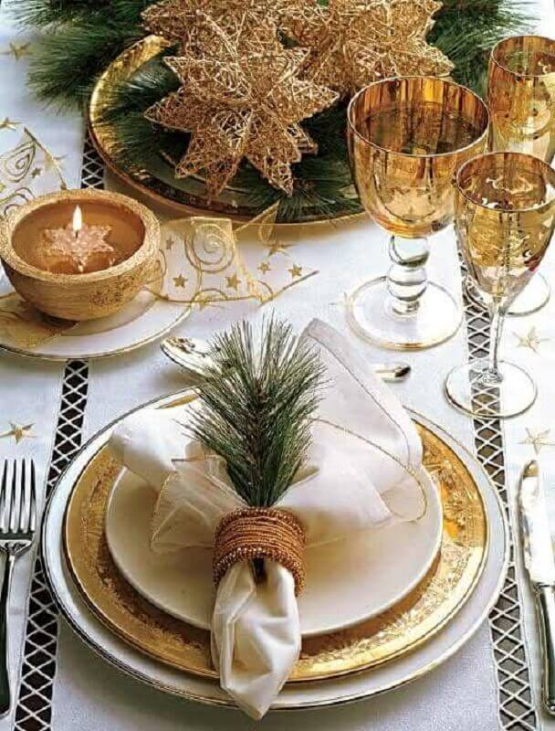 sophisticated decoration for golden christmas table Photo Pinterest