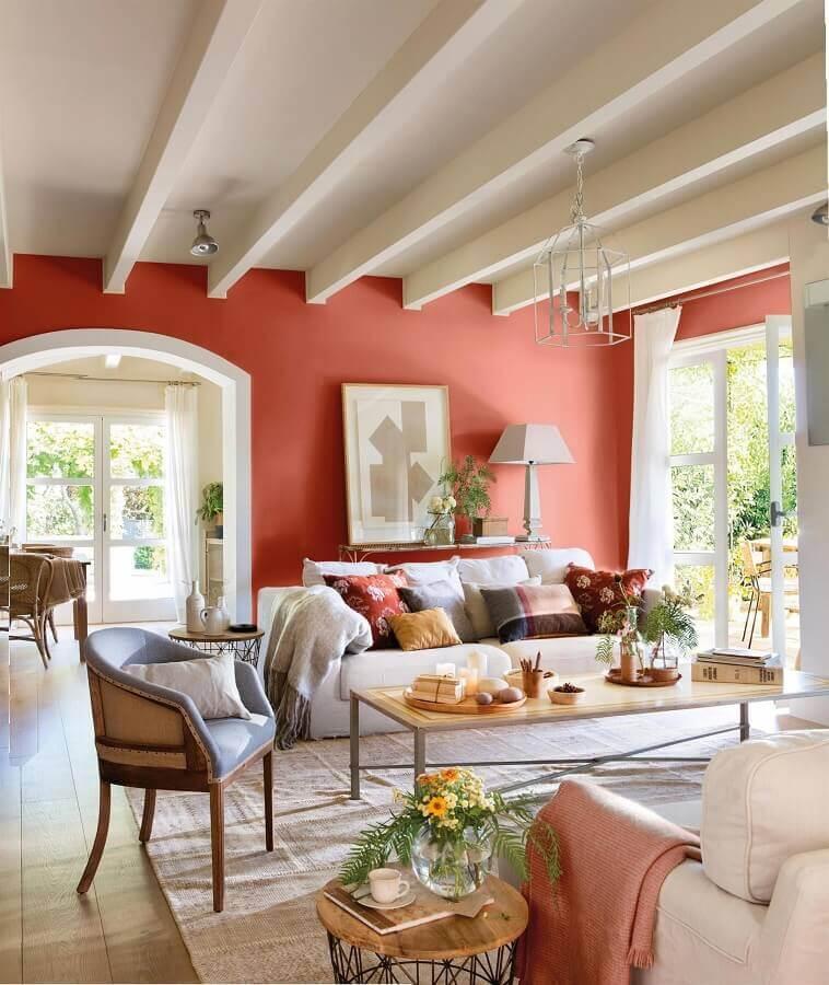 decoração tons terrosos para decoração de sala com sofá branco e almofadas coloridas  Foto EstiloyDeco