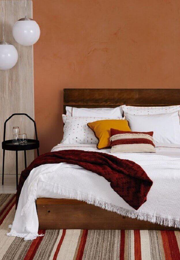 decoração tons terrosos para quarto simples com cama de madeira  Foto Rede Angeloni