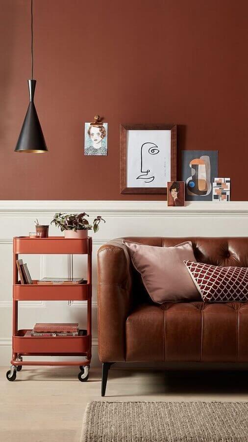 decoração tons terrosos para sala com sofá de couro  Foto Pinterest