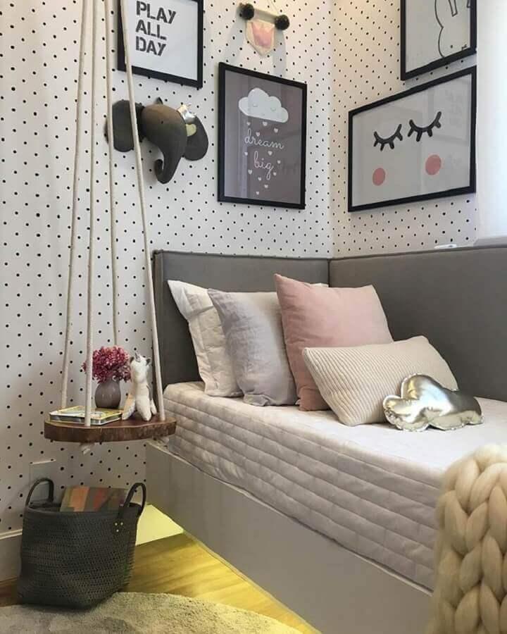 decoraçao com papel de parede de bolinhas e cabeceira cinza solteiro que se estende na lateral da cama  Foto Pinterest