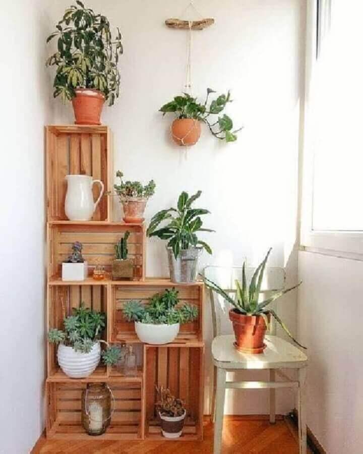 decoração simples com vasos de plantas para varanda apoiados em caixotes de madeira  Foto Pinterest