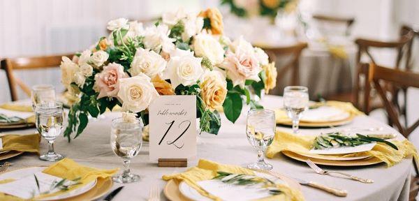Mesa posta decorada com cor amarelo pastel