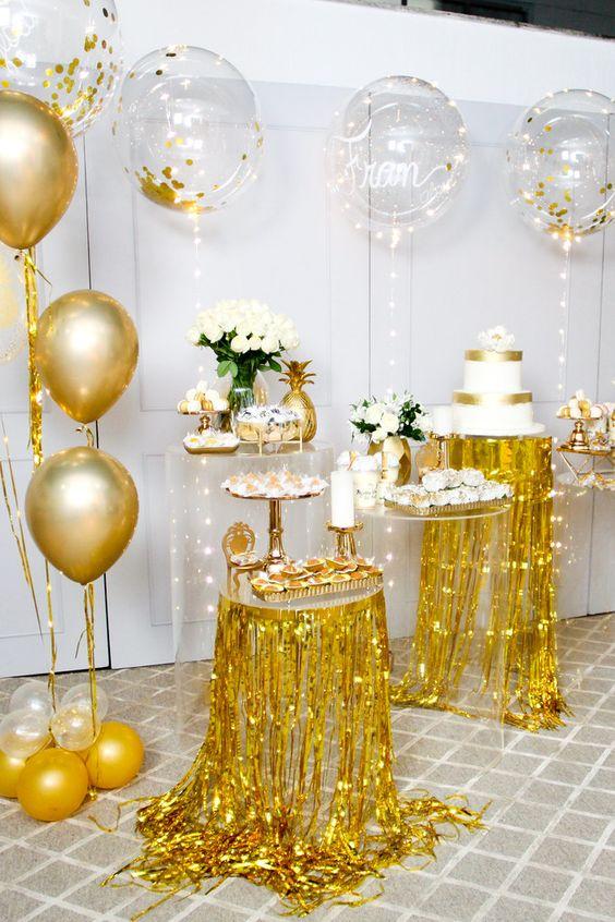 Ceia reveillon dourada com doces e bolos