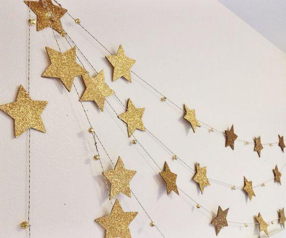 Estrela de natal dourada na decoração de casa