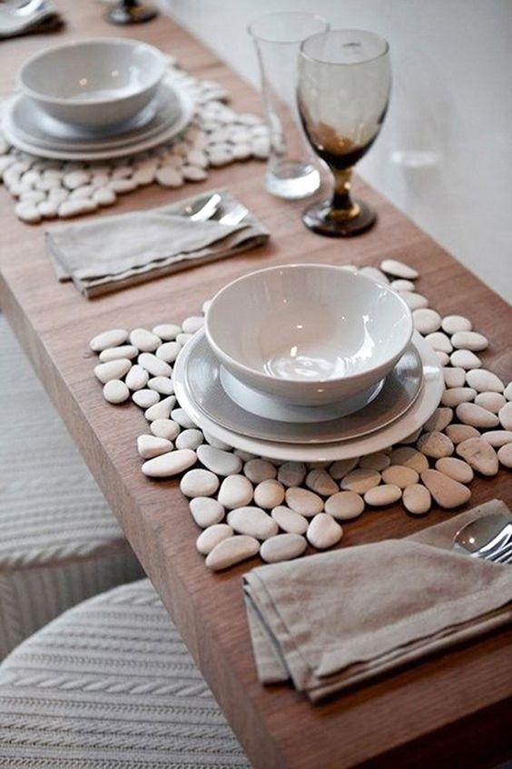 Mesa de jantar decorada com pedra seixo