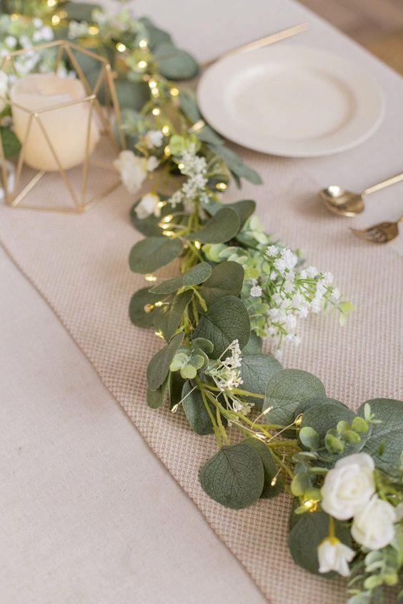 Mesa de ceia de reveillon com plantas e luzes