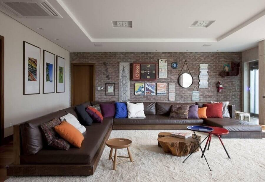 detalhes em tons terrosos para decoração de sala ampla com sofá de couro  Foto Juliana Pippi
