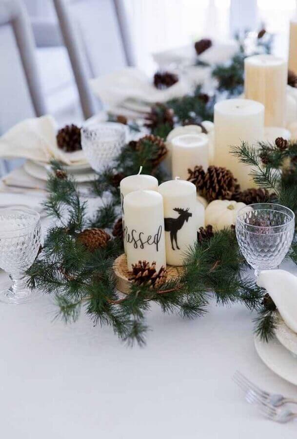 dicas de enfeites natalinos para mesa com velas e pinhas em bolachas de madeira Foto Fashionable Hostess