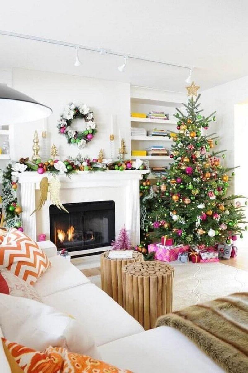dicas de enfeites natalinos para sala de estar decorada com bolas coloridas Foto Architectures Ideas