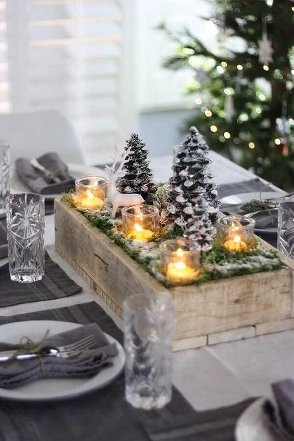 tips for rustic Christmas decorations with mini pine trees and candles Photo Elle Decor