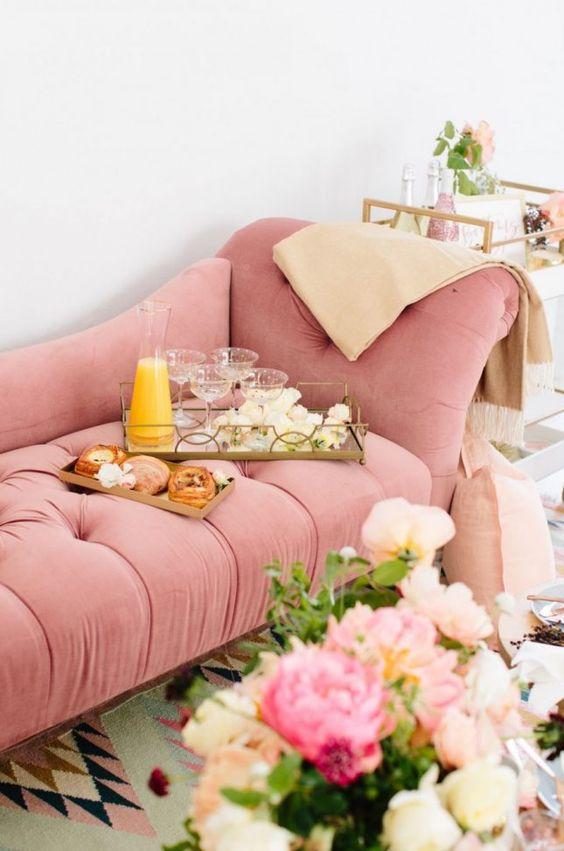 Sofá rosa para quarto bem decorado