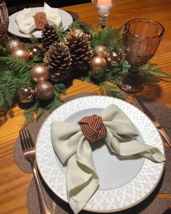 enfeite de mesa natalino com pinhas e bolas douradas Foto Pinterest