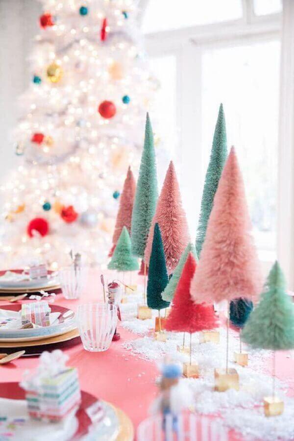 enfeite de mesa natalino com pinheiros coloridos Foto Pinterest