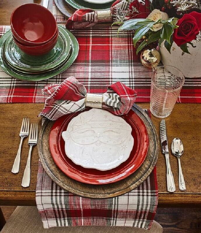 enfeite de mesa natalino com prato de papai Noel para mesa verde e vermelha Foto Crate and Barrel