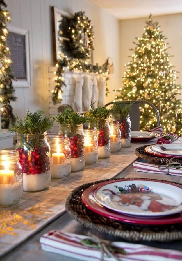 Christmas table ornament with candles and themed plates Photo Pinterest