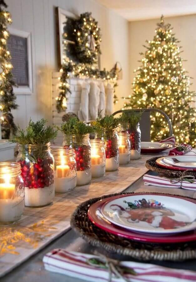 enfeite de mesa natalino com velas e pratos temáticos Foto Pinterest