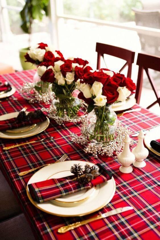 Enfeites de natal para mesa com toalha xadrez