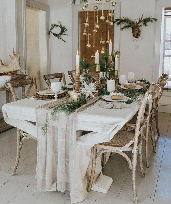 Enfeites de natal para mesa com velas e folhas