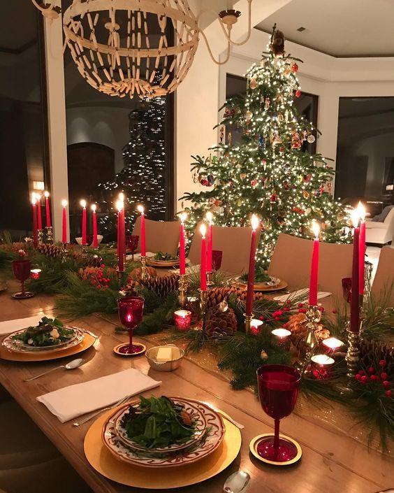 Enfeites de natal para mesa com velas vermelhas