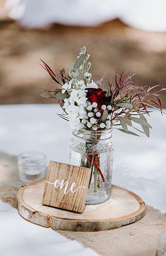 Enfeites de natal par mesa decorada com madeira e flores vermelhas