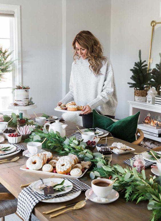 Enfeites de natal para mesa cheia de doces e cafés